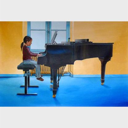 Une petite fille maîtrisant un énorme piano.